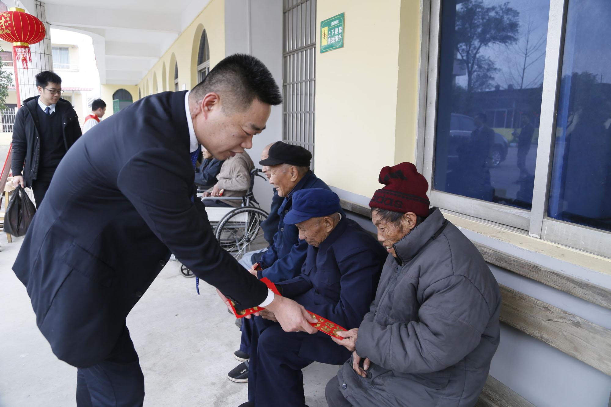 赵日光副院长为老人送上慰问金