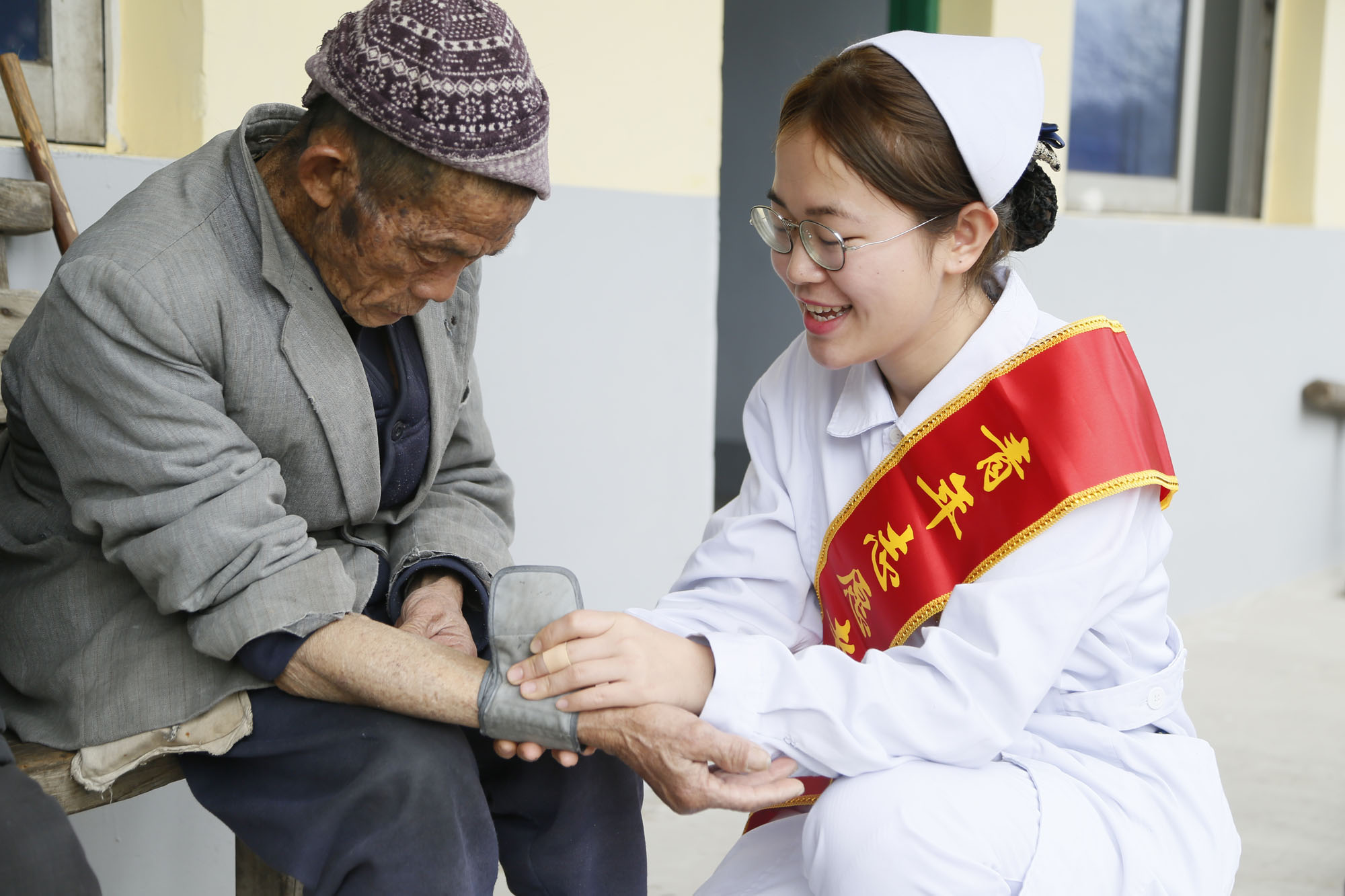 我院护士为老人免费量血压